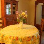 salle de séjour, table avec bouquet de fleurs, armoire à glace, poutre